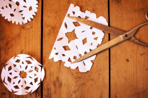 con una piccola forbice mi regalò un intagliatissimo origami